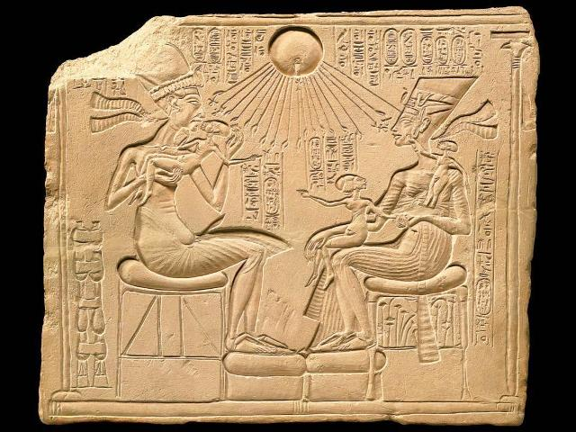 akhenaten_and_his_family_new_kingdom1329195215237