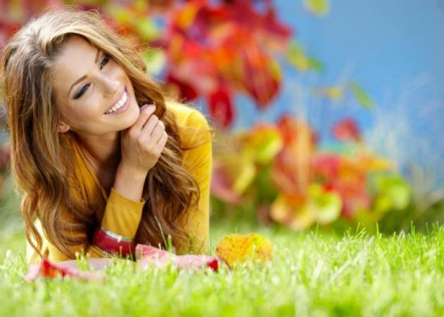 woman_smiling_autumn_h_grass_633_451